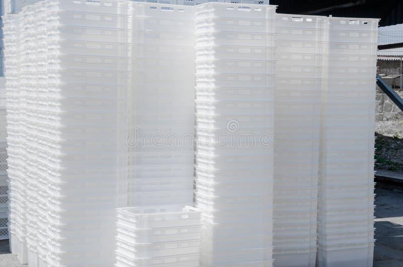 Cajas blancas plásticas Envases para el transporte del produ de la comida fotos de archivo libres de regalías