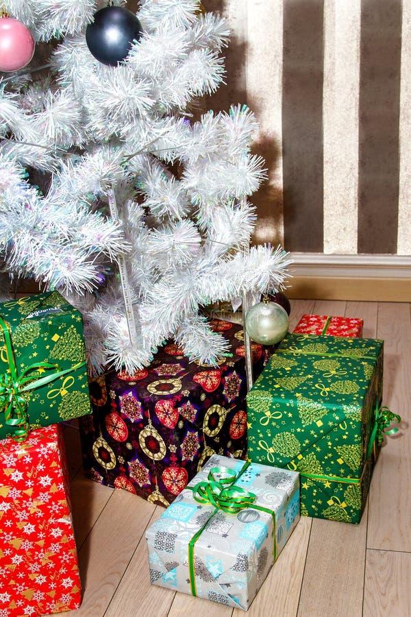 Cajas con los regalos debajo del rbol de navidad imagen - Arbol de navidad con regalos ...