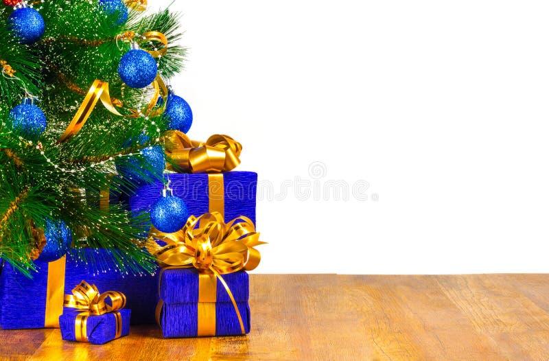 Cajas con los regalos debajo del árbol de navidad foto de archivo libre de regalías