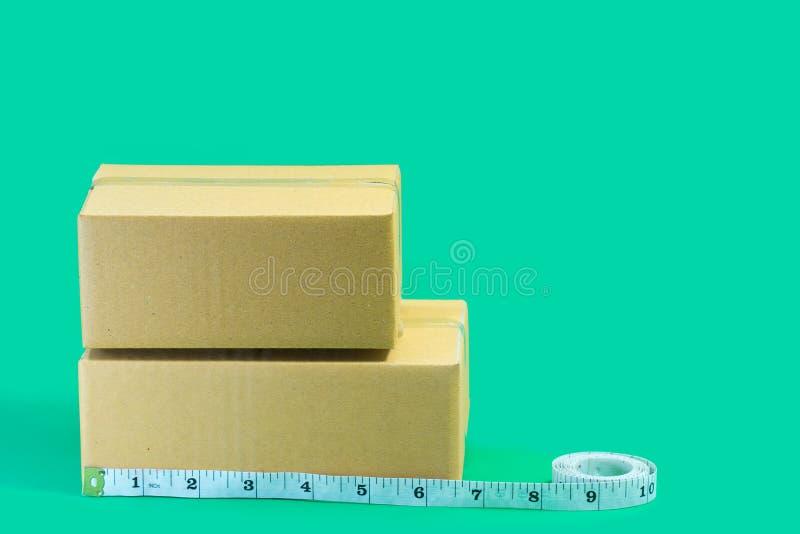 Cajas de cartón con cinta métrica fotos de archivo libres de regalías