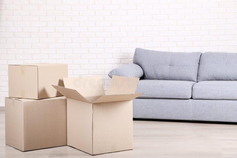 Cajas de cartón con el sofá imagen de archivo libre de regalías