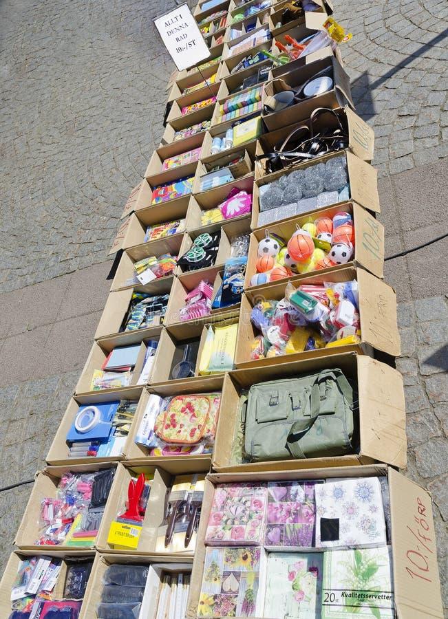 Cajas de cartón con las mercancías baratas fotografía de archivo libre de regalías