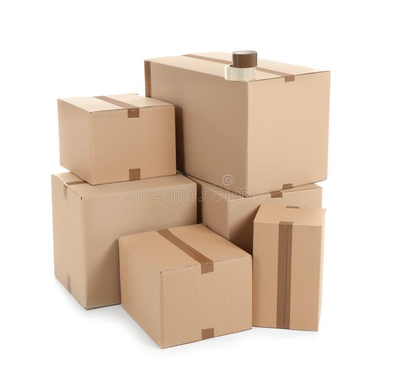 Cajas de cartón en el fondo blanco foto de archivo
