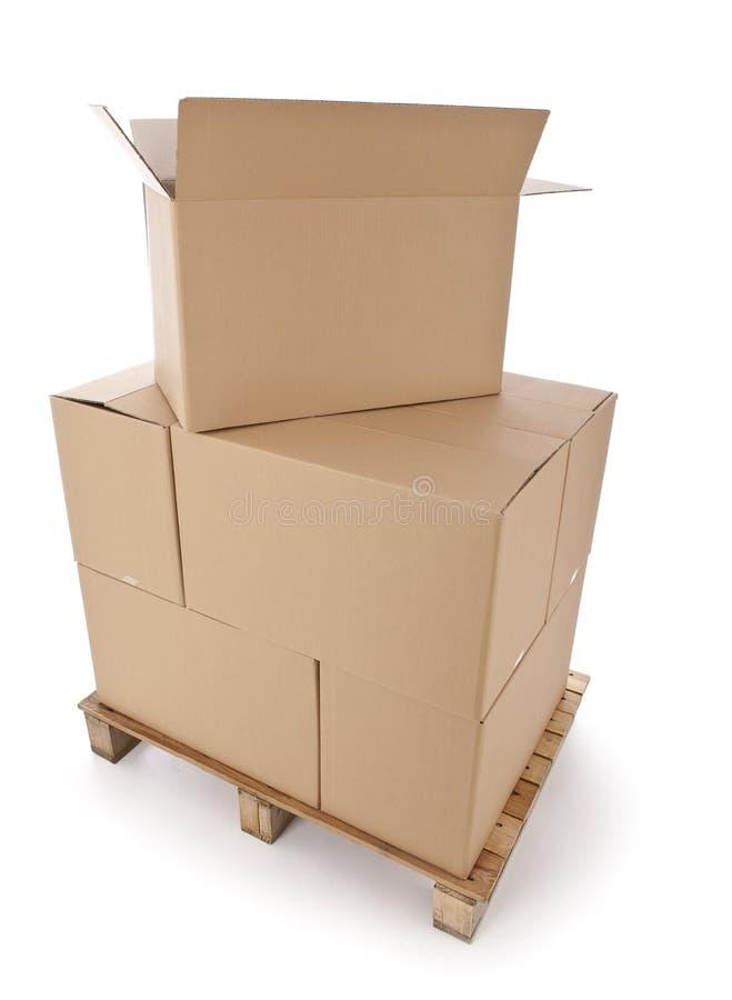Cajas de cartón en la paleta de madera imagen de archivo libre de regalías