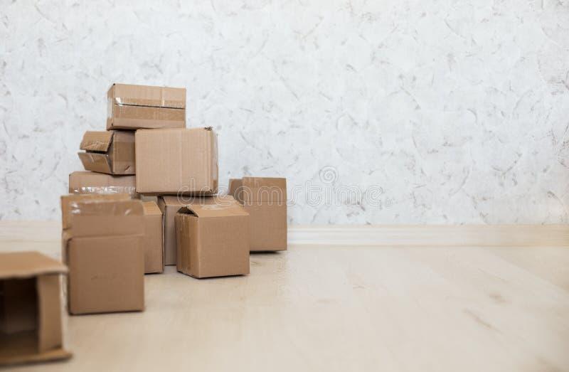 Cajas de cartón en piso laminado fotografía de archivo