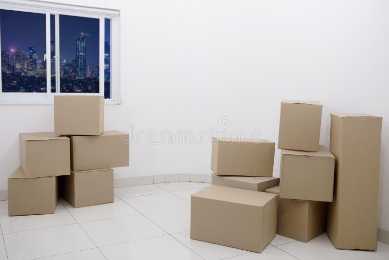 Cajas de cartón en un nuevo apartamento fotos de archivo libres de regalías