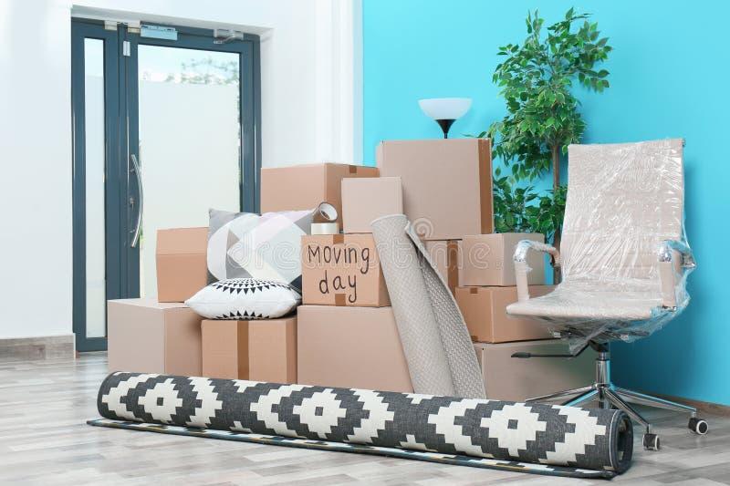 Cajas de cartón y materia de hogar en sitio vacío imágenes de archivo libres de regalías