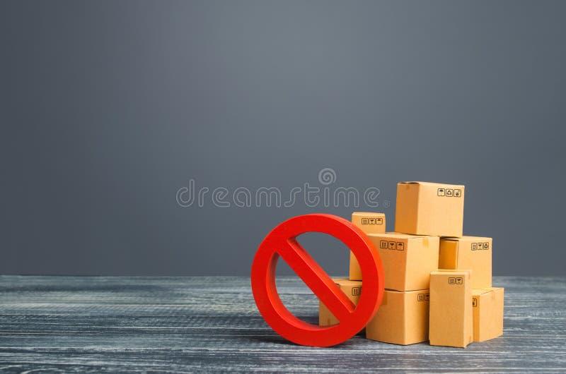 Cajas de cartón y símbolo de prohibición rojo NO Fuera de stock Guerra comercial de embargo Sobreproducción o escasez Restriccion imágenes de archivo libres de regalías