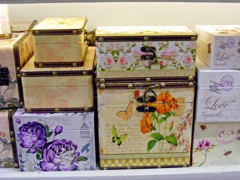 Cajas de joyería de Decoupage en cierre de la tienda para arriba fotografía de archivo
