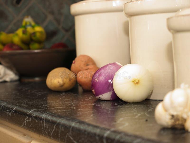 Cajas de la cocina para las patatas, las cebollas, y el ajo imagen de archivo libre de regalías