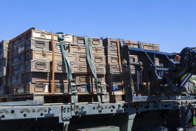 Cajas de la munición apiladas en un vehículo foto de archivo libre de regalías