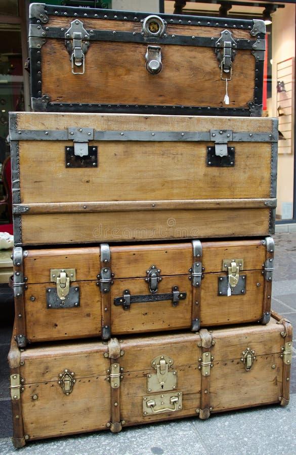 Cajas De Madera Viejas Grandes Y Grandes Del Pecho Foto de archivo ...