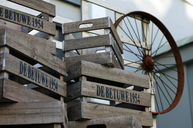 Cajas de madera y una rueda vieja imágenes de archivo libres de regalías