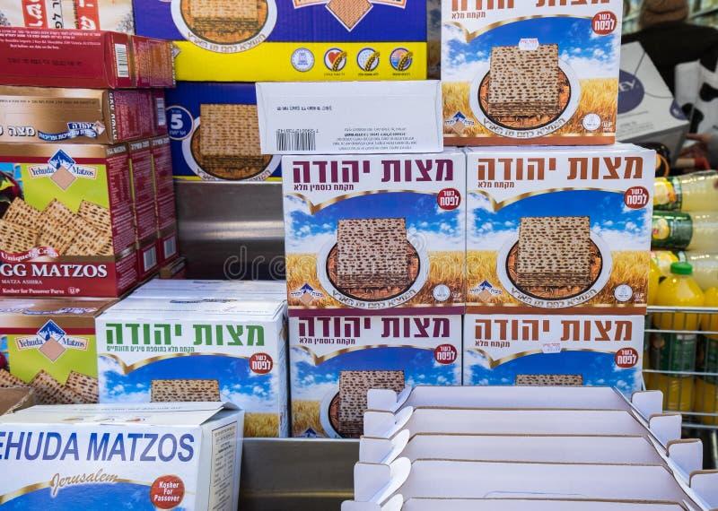 Cajas de Matzot kosher para la pascua judía, para la venta imagenes de archivo
