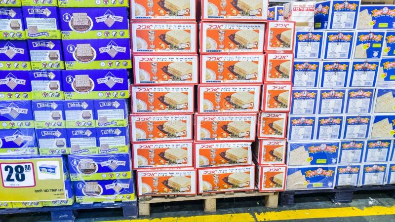 Cajas de Matzot kosher para la pascua judía, para la venta en el supermercado fotografía de archivo