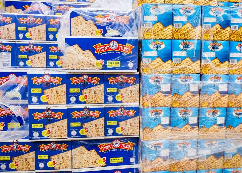 Cajas de Matzot kosher para la pascua judía, para la venta en el supermercado imagenes de archivo