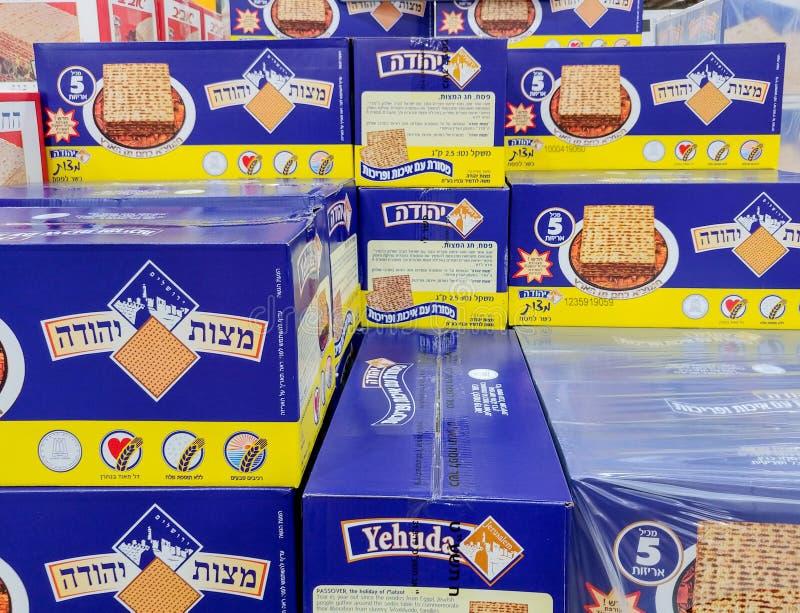 Cajas de Matzot kosher para la pascua judía, para la venta en el supermercado imagen de archivo libre de regalías