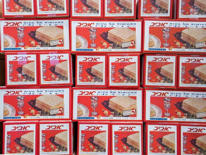 Cajas de Matzot kosher para la pascua judía, para la venta en el supermercado fotos de archivo libres de regalías