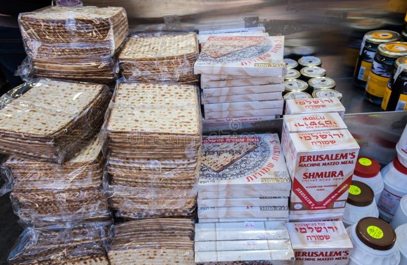 Cajas de Matzot kosher para la pascua judía, para la venta en Mahane Yehuda M foto de archivo libre de regalías
