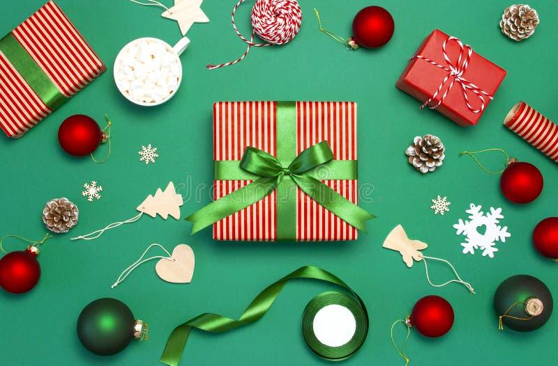 Cajas de regalo, bolas de la Navidad, juguetes, conos de abeto, cinta en fondo verde Festivo, enhorabuena, regalos de Navidad Xma foto de archivo