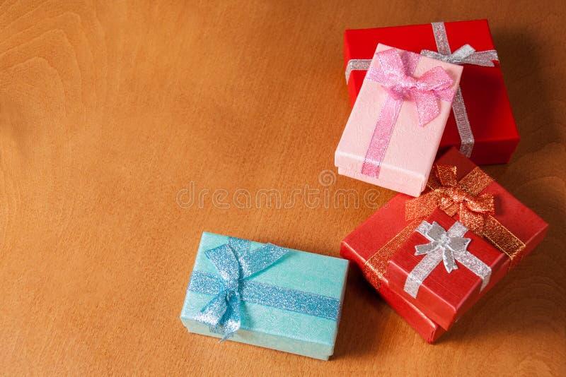 Cajas de regalo coloreadas en fondo de madera Foco selectivo fotos de archivo libres de regalías