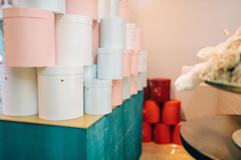 Cajas de regalo coloridas en la floristería, nadie imagenes de archivo
