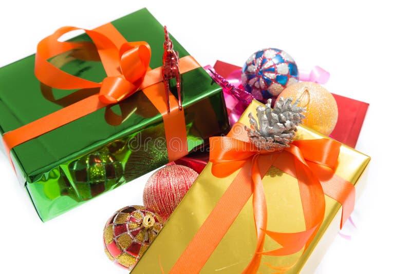 Cajas de regalo coloridas hermosas Fondo blanco aislado imagen de archivo libre de regalías