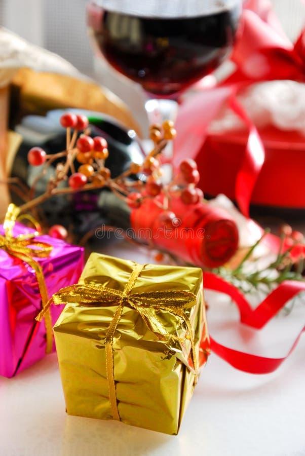 Cajas de regalo con el vino rojo fotografía de archivo libre de regalías