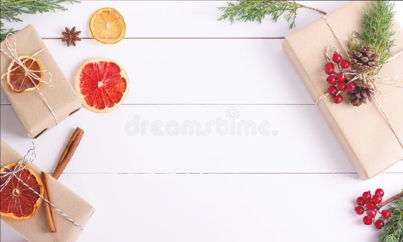 Cajas de regalo con la decoración de la Navidad en el fondo blanco fotografía de archivo libre de regalías