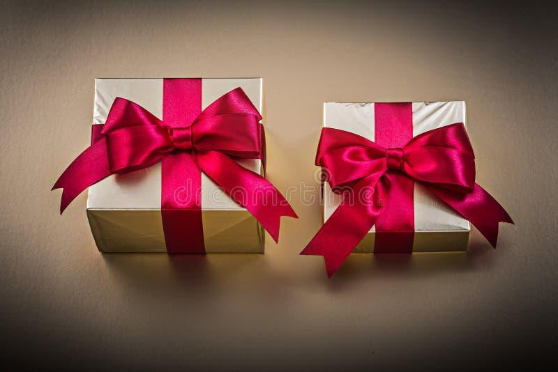 Download Cajas De Regalo Con Las Cintas Atadas En Superficie De Oro Foto de archivo - Imagen de decoración, acontecimiento: 64210884
