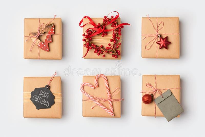 Cajas de regalo de la Navidad con ideas de embalaje hechas en casa Visión desde arriba foto de archivo libre de regalías