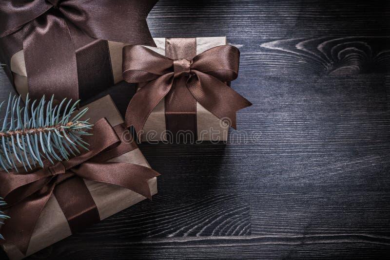 Download Cajas De Regalo De La Navidad De La Rama Del Abeto En El Tablero De Madera Foto de archivo - Imagen de ramita, rojo: 64210696