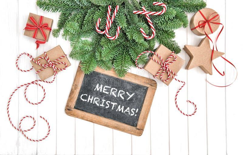 Cajas de regalo de la pizarra de las ramas de árbol de navidad imagen de archivo libre de regalías