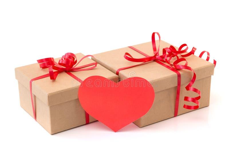 Cajas de regalo de la tarjeta del día de San Valentín con el corazón rojo foto de archivo libre de regalías
