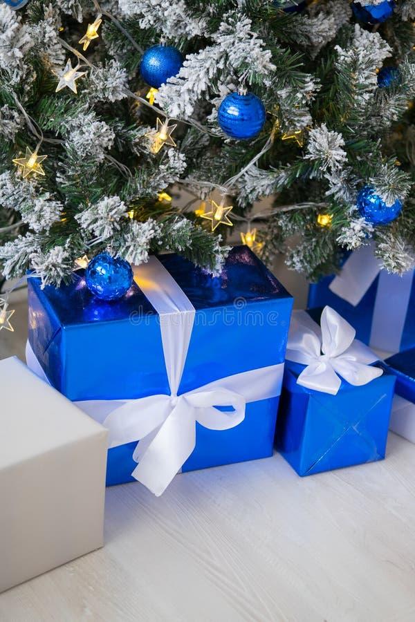 Cajas de regalo debajo del árbol de navidad Azul y blanco coloridos, cajas de regalo con el arco de la cinta fotos de archivo