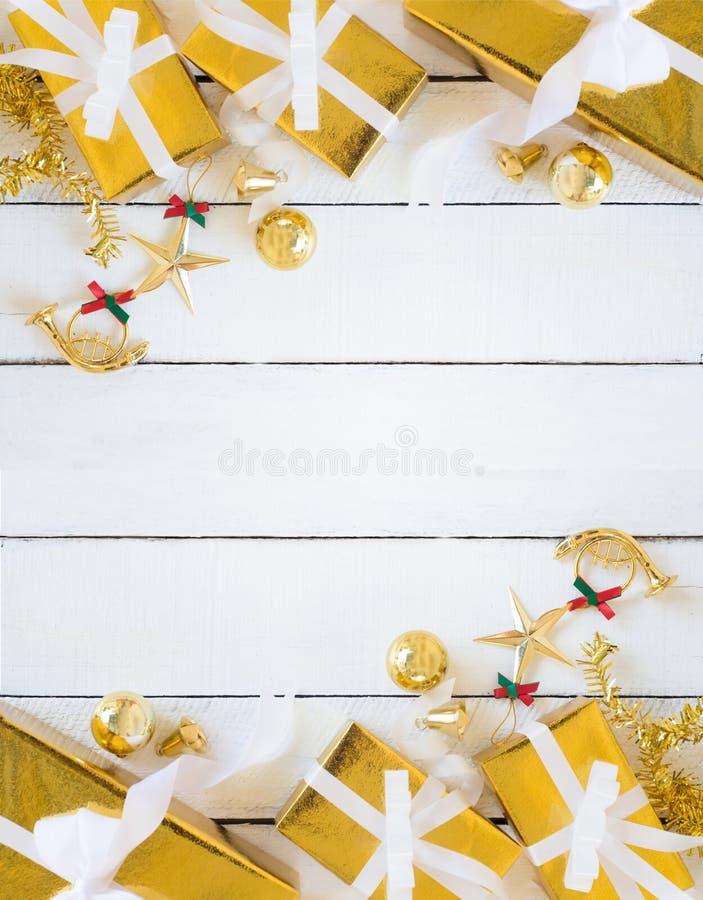 Cajas de regalo del oro y la Navidad que brilla que adornan artículos en el fondo del panel, el artículo y el espacio de madera b fotografía de archivo libre de regalías
