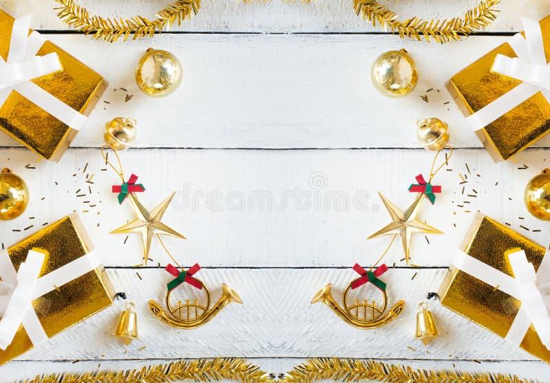 Cajas de regalo del oro y la Navidad que brilla que adornan artículos en el fondo del panel, el artículo y el espacio de madera b imagen de archivo
