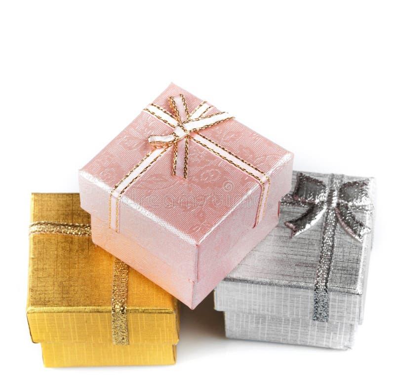 Cajas de regalo en el fondo blanco fotos de archivo