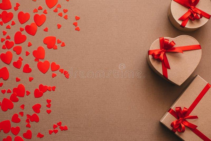 Cajas de regalo en fondo del corazón fotos de archivo