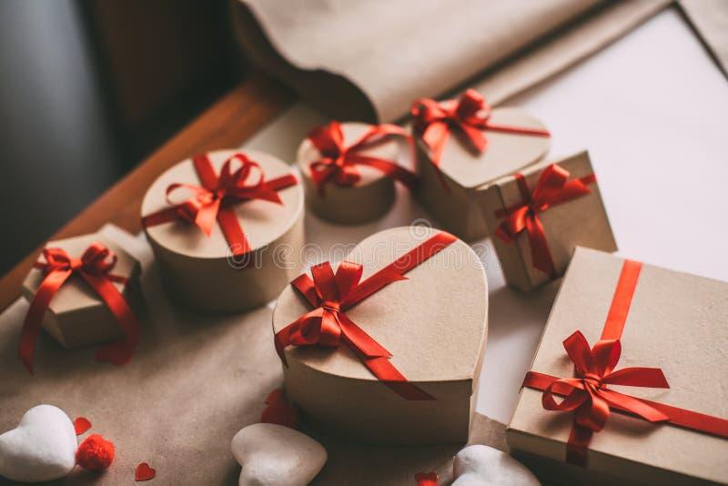 Cajas de regalo en la forma del corazón imágenes de archivo libres de regalías