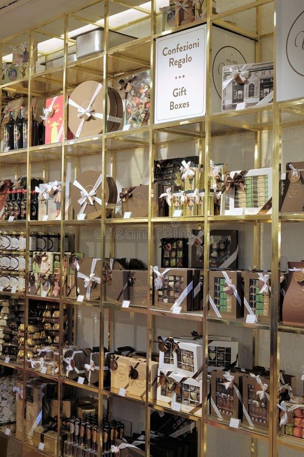 Cajas de regalo exhibidas en tienda del chocolate de Venchi imágenes de archivo libres de regalías