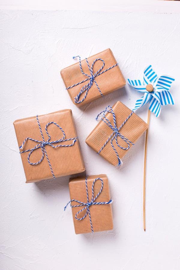 Cajas de regalo festivas con los presentes y molino de viento decorativo en tex imagen de archivo