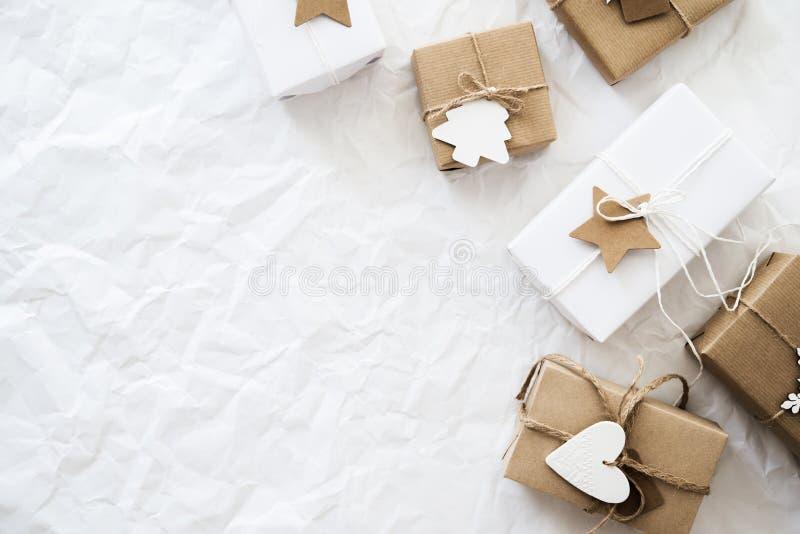 Cajas de regalo hechas a mano de la Navidad en la opinión superior del fondo blanco Tarjeta de felicitación de la Feliz Navidad,  fotos de archivo libres de regalías