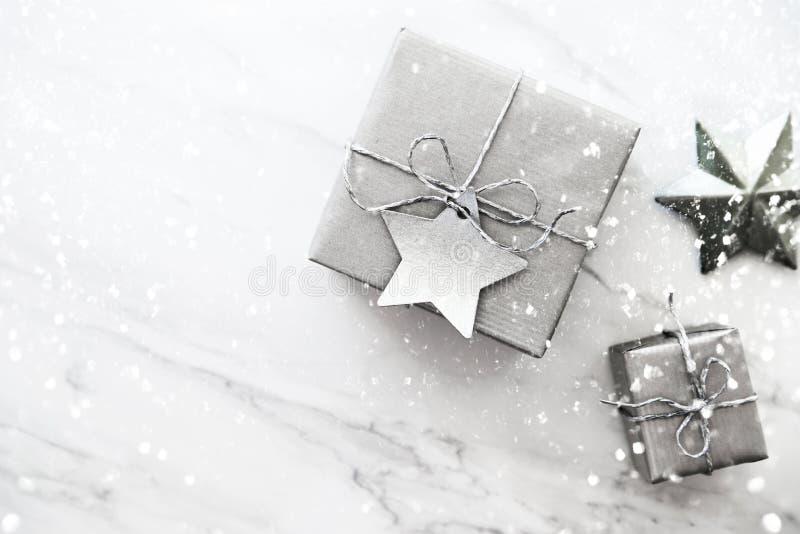 Cajas de regalo hechas a mano de la Navidad en la opinión superior del fondo de mármol blanco Tarjeta de felicitación de la Feliz fotografía de archivo