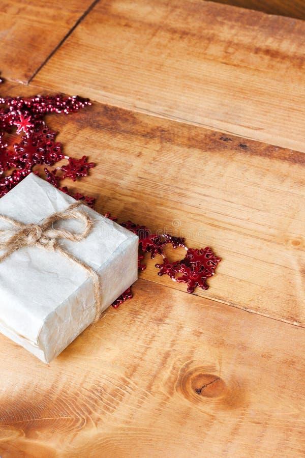 Cajas de regalo hechas a mano de la pequeña Navidad en fondo de madera fotos de archivo