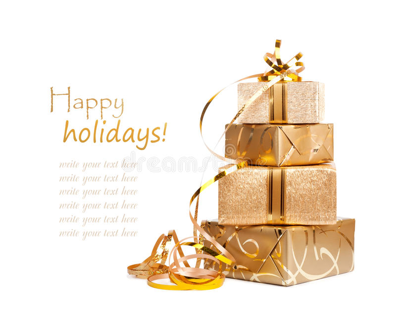 Cajas de regalo hermosas en papel de embalaje del oro fotos de archivo