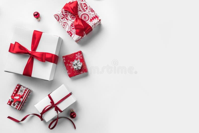 Cajas de regalo de la Navidad con la cinta y la decoración rojas en el fondo blanco imágenes de archivo libres de regalías