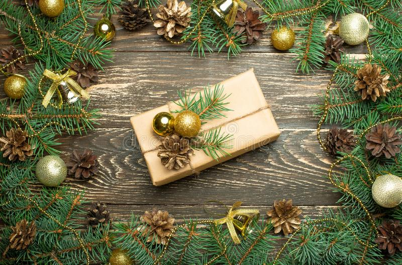 Cajas de regalo de la Navidad con las decoraciones imágenes de archivo libres de regalías