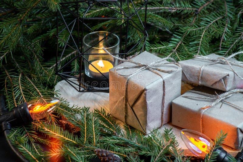 Cajas de regalo de la Navidad con las ramas de árbol de navidad y decoración y guirnalda fotografía de archivo