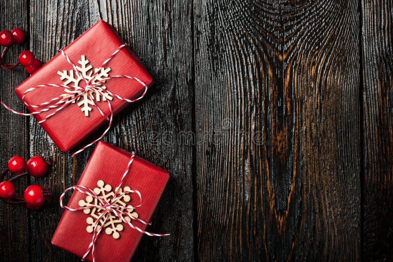 Cajas de regalo de la Navidad en fondo de madera oscuro foto de archivo libre de regalías